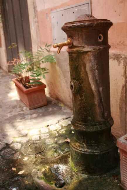 A dry nasone near the Jewish Ghetto.