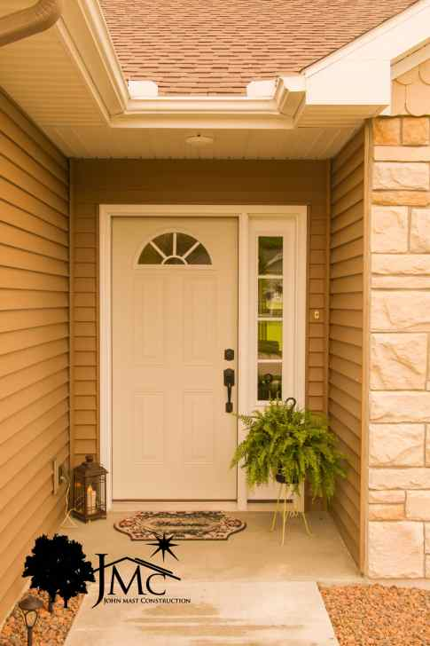 Small Front Entry in Nappanee, Indiana