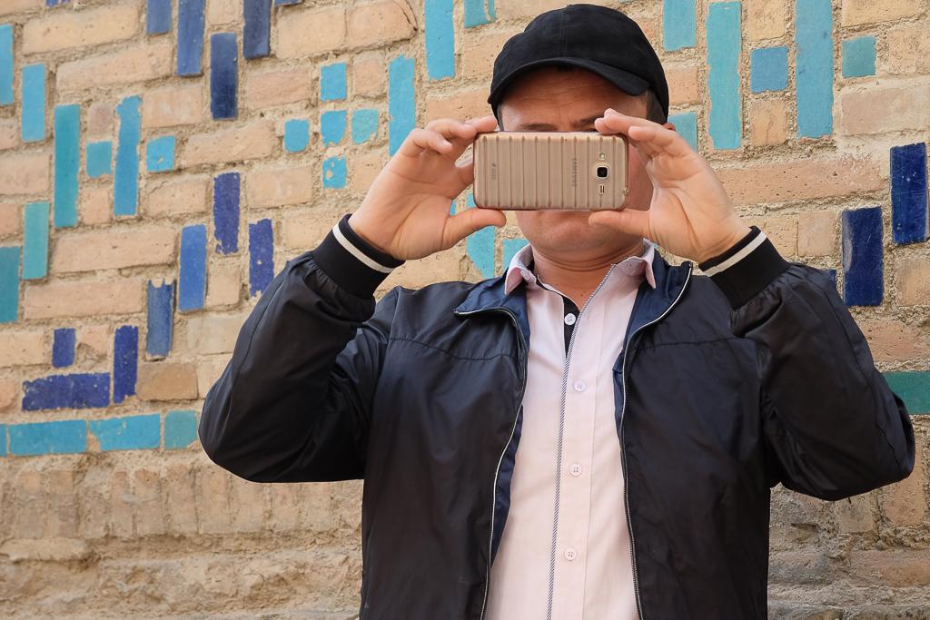 Uzbeks with mobiles Shah i Zinda-0514