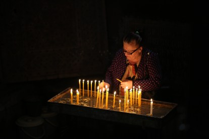 armenian-woman-praying