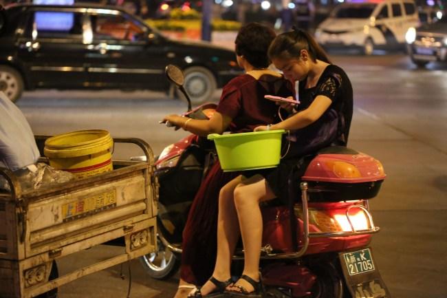 turpan-by-night-traffic