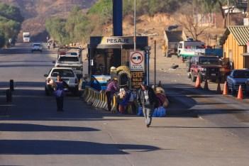 Nos postos fiscais, ambulantes entram nos ônibus para vender comida