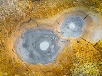 Buracos no chão borbulham por causa do calor abaixo da crosta terrestre em Solde la Mañana.