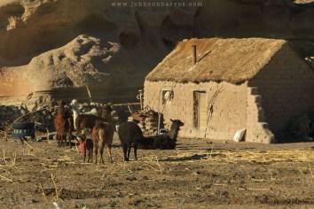 Uma típica casa rural feita de adobe