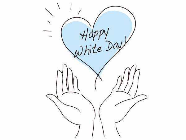 ホワイトデーのハートに手を添える