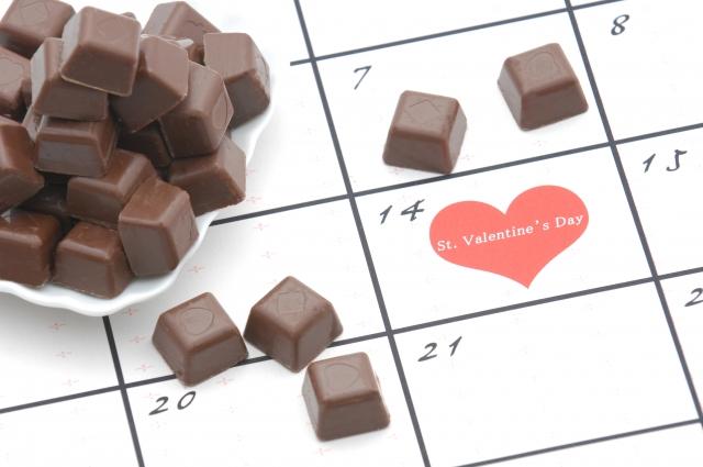 14日のバレンタインデーを示すカレンダーとチョコレート