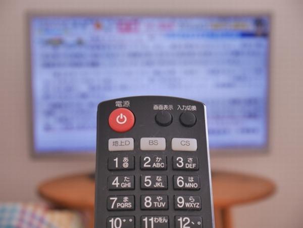 テレビのリモコンを操作する