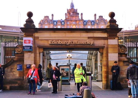 爱丁堡威瓦利站(Edinburgh Waverley Station)就在位在爱丁堡市中心。