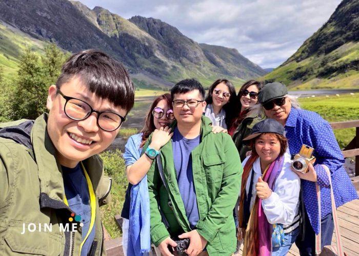 Dan與旅人們在蘇格蘭高地留影