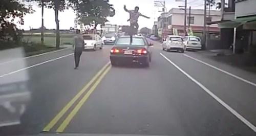 VIDEO Que maldito problema en el medio dela calle Road Rage Turns Into Kung Fu!