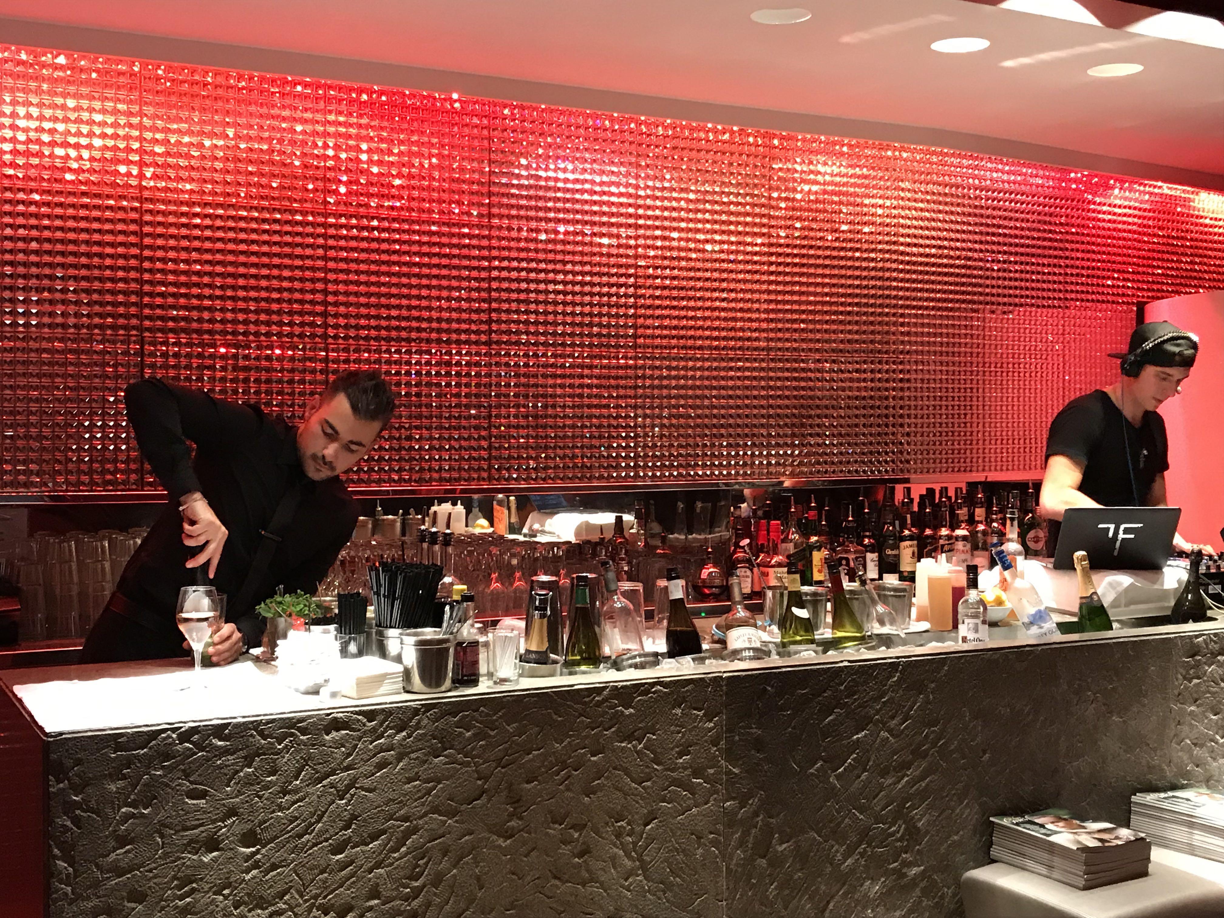 Unisex, bar tout rouge des Champs-Élysées