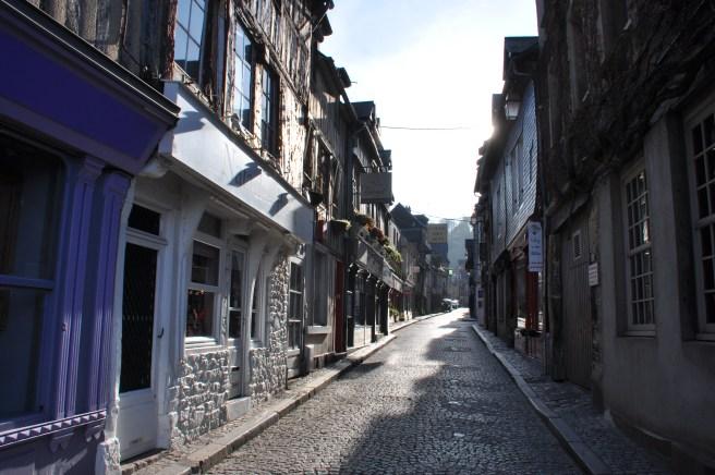 Dans les petites rues de Honfleur. ©Joli.Voyage