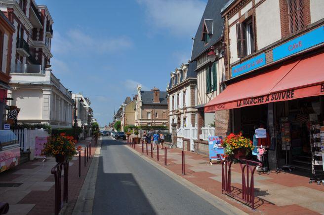 Dans la rue principale de Houlgate ©Joli.Voyage