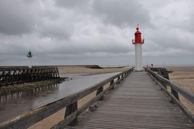 La jetée de Trouville et son phare rouge. ©Joli.Voyage