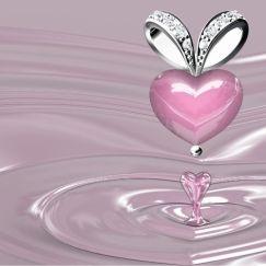 un pendentif de quartz rose placé sur le coeur pour attirer l'amour