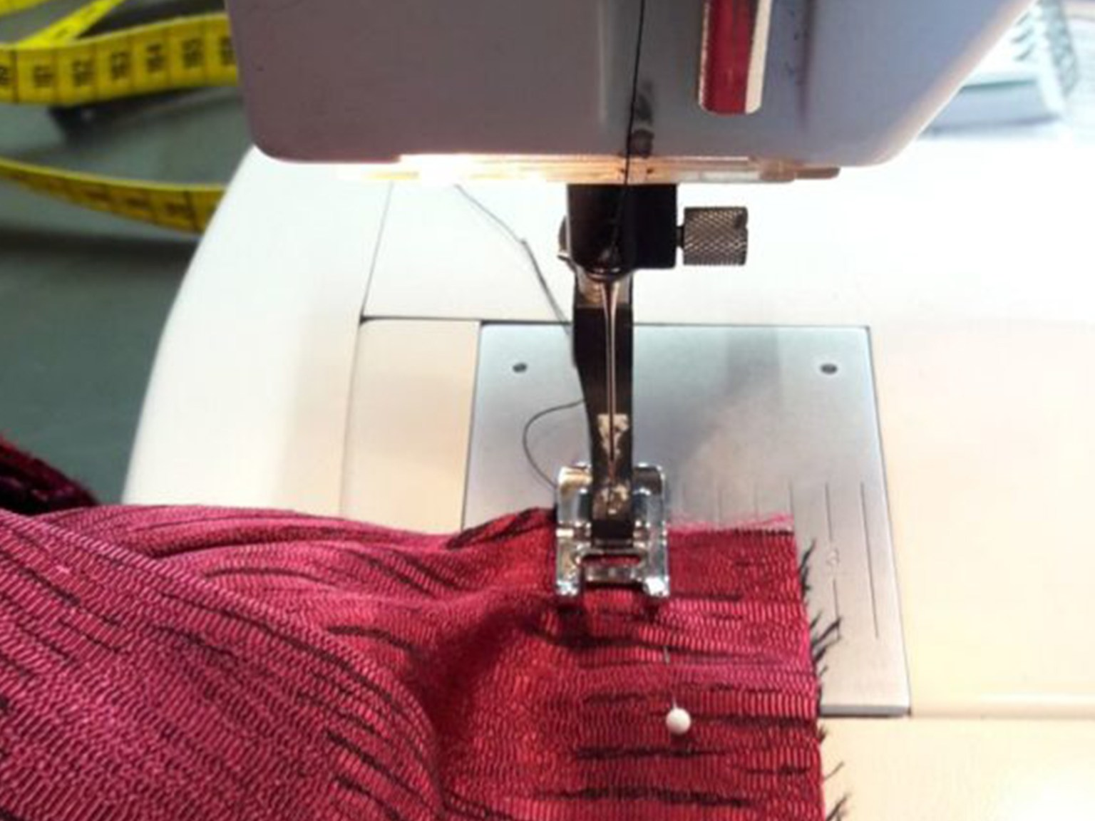 naailessen-atelier-jolien-maakt-mode-naaimachine