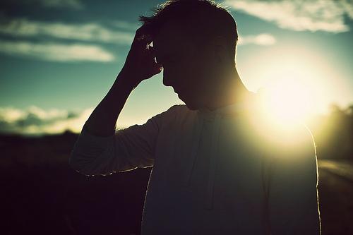 日差しを浴びる男