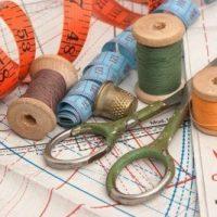 ciseaux fil et patron de couture