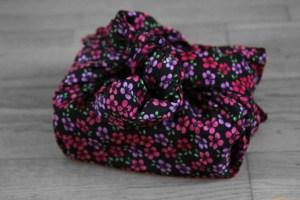 furoshiki fleurs rose fond noir