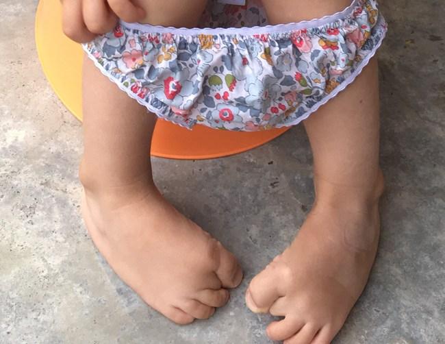 petite fille sur le pot en culotte Betsy Porcelaine JoliPim'