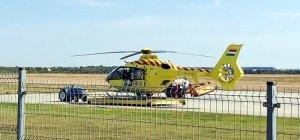 Mentőhelikopter a kerítés túloldalán