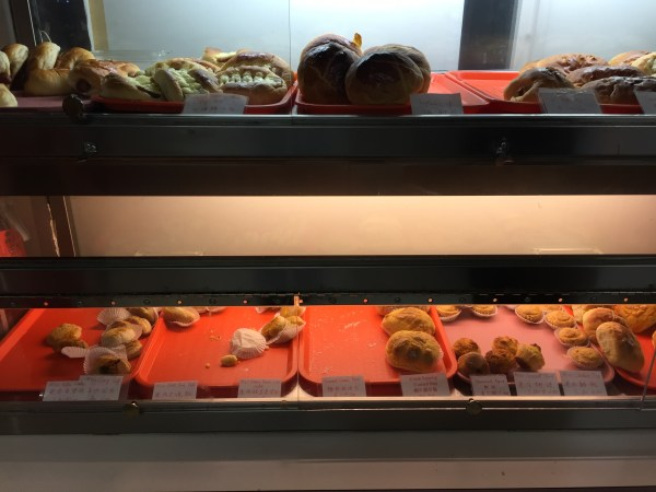 A variety of Chinese baked goods.