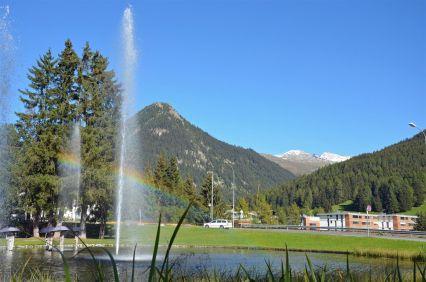 Fontäne in Davos mit Regenbogen
