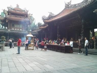 Taipei - Longshan praying 2