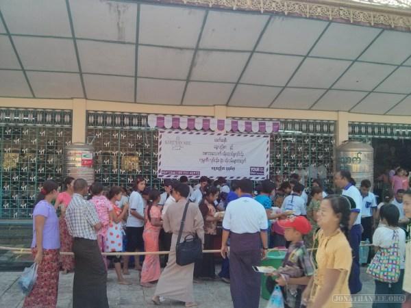 Yangon - Botahtaung pagoda food givaway