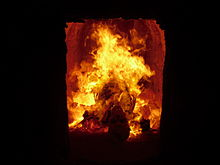 220px-Verbrennung_eines_Toten_in_einem_Krematorium_2009-09-05
