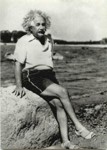 albert-einstein-at-beach-1945-celebrities-28954jpg