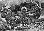 180px-Eskimo_Family_NGM-v31-p564-2
