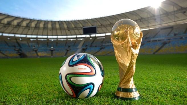 Brazuca (bola resmi Piala Dunia 2014) dan trofi emas Piala Dunia. [gambar: FIFA]