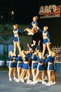 cheerleaders in pyramid