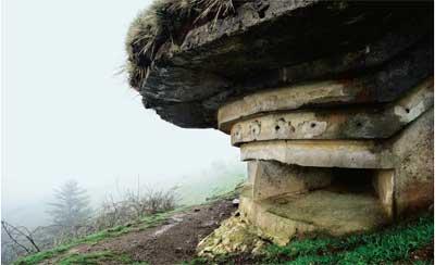 Las troneras de un búnker cerca del nacimiento del río Baztán, en Navarra.