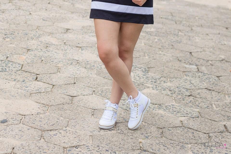 T-Dress e Tênis Branco com Dourado