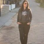 Look da Joo: Destroyed Jeans, Óculos Amarelo e Jaqueta de Couro