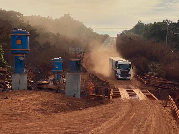Um acidente envolvendo dois caminhões sobre a ponte do córrego Canastra, na MT-020, deixou a via interditada desde as 21h20 de quarta-feira.