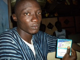 4.- A mobile street vendor shows me his identification card as proof that he is both Ivoirian and a hard-working student.