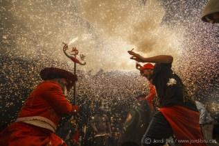 Espectacular encesa del Llucifer i Diablessa de Torredembarra, cremant i fent ballar a la gent