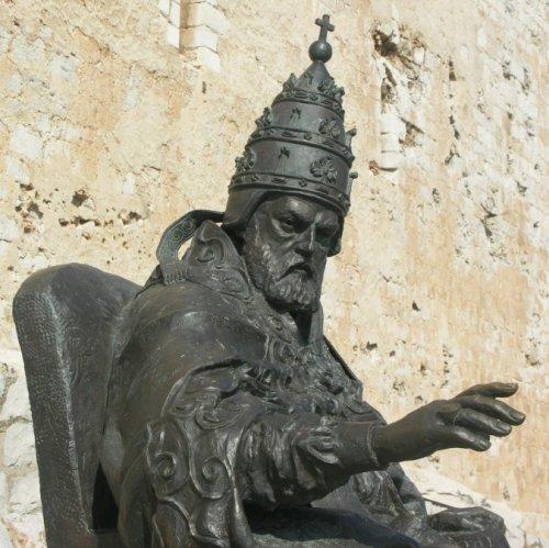 Benedicto XIII, LA SOLEDAD COMO DESTINO