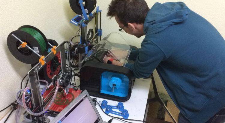Jorge Sanz reparando impresora 3D