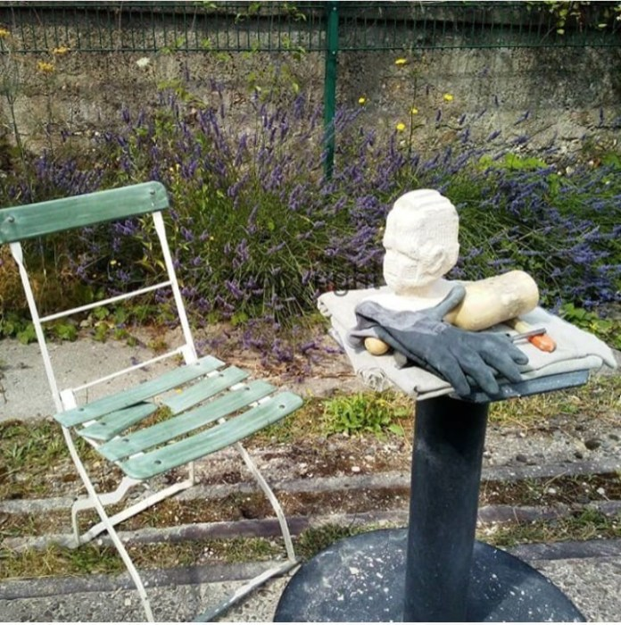 Skulptur Arbeitsplatz vor Lavendel im MONOPOL Leipzig