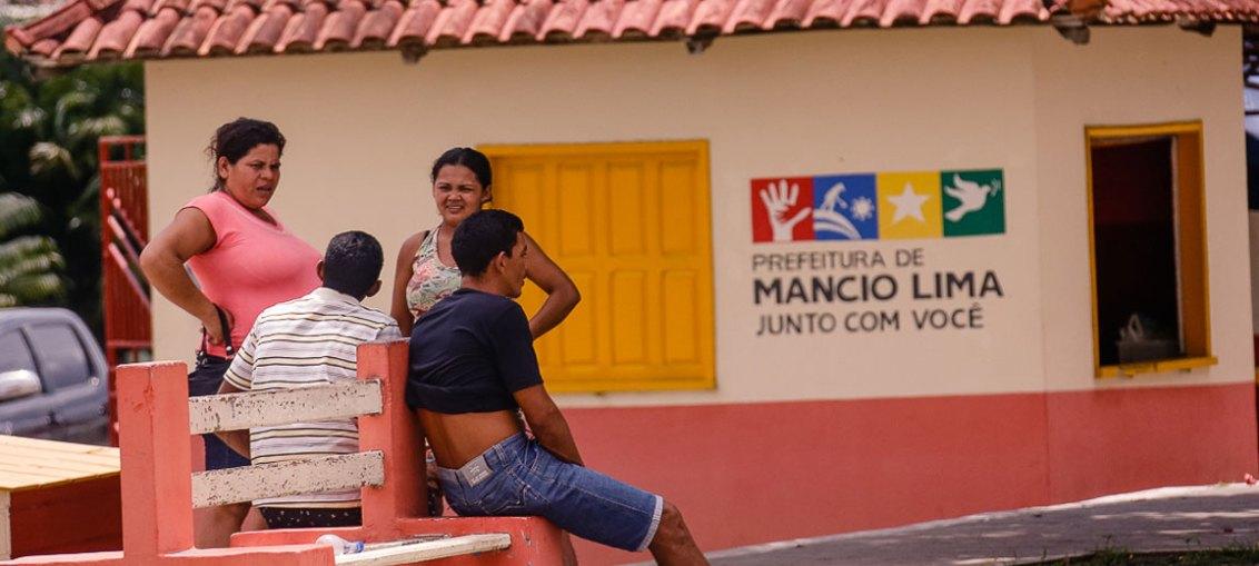 Moradores conversam na Praça Central de Mâncio Lima. Trata-se da cidade mais a oeste do Brasil - Foto: Cecília Bastos/USP Imagens