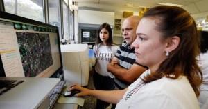 Preconceito e diferenças salariais marcam o cotidiano das mulheres cientistas