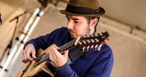 Músico curitibano estuda viola caipira de dez cordas