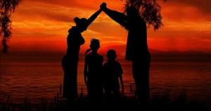 Falar sobre família biológica fortalece laço entre pais e filhos adotivos