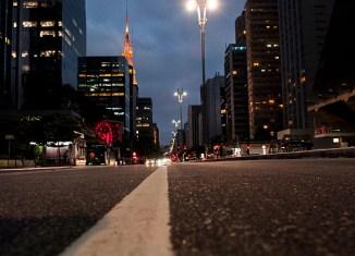 As medidas de isolamento social diminuíram muito o movimento na avenida Paulista, uma das principais de São Paulo - Foto: Léo Ramos Chaves via Revista Pesquisa Fapesp / CC by NC ND
