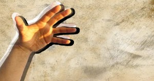"""Doença rara, """"mão alienígena"""" é causada por lesões no sistema nervoso central"""
