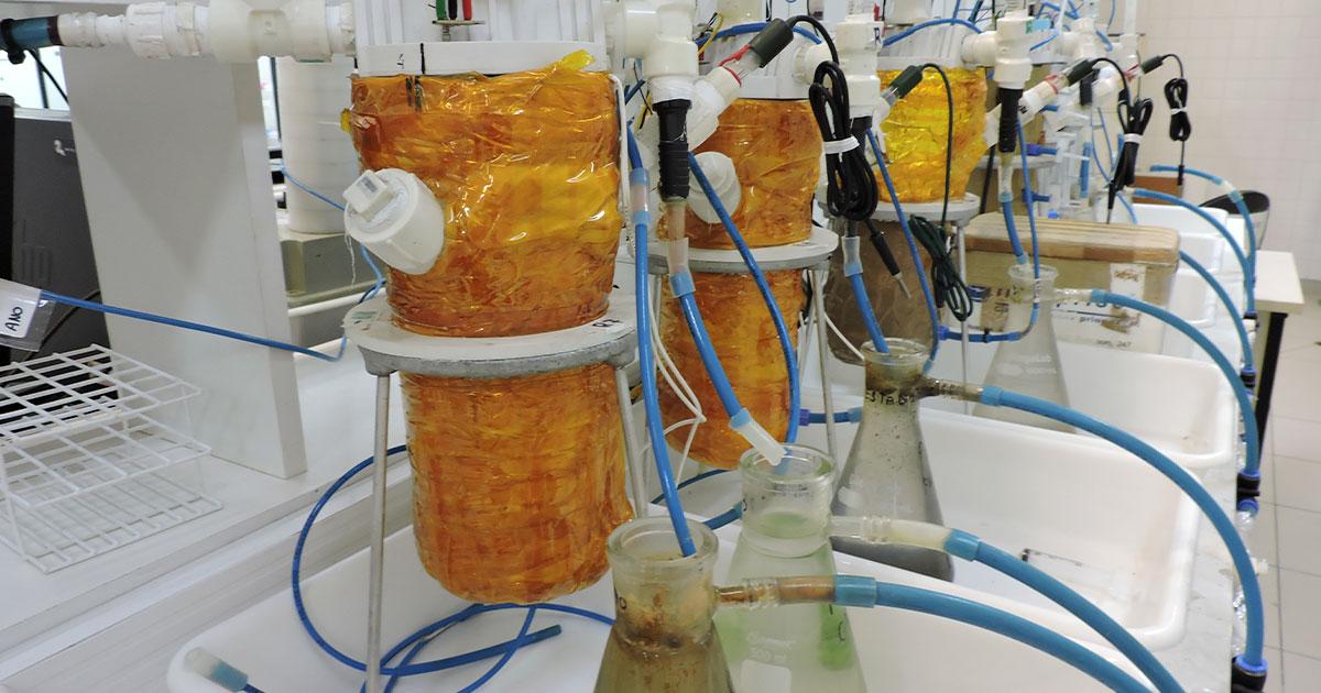 Biorreatores (protótipo da CCM) instalados no laboratório de saneamento e tecnologias ambientais da EACH - Imagens cedidas pelos pesquisadores